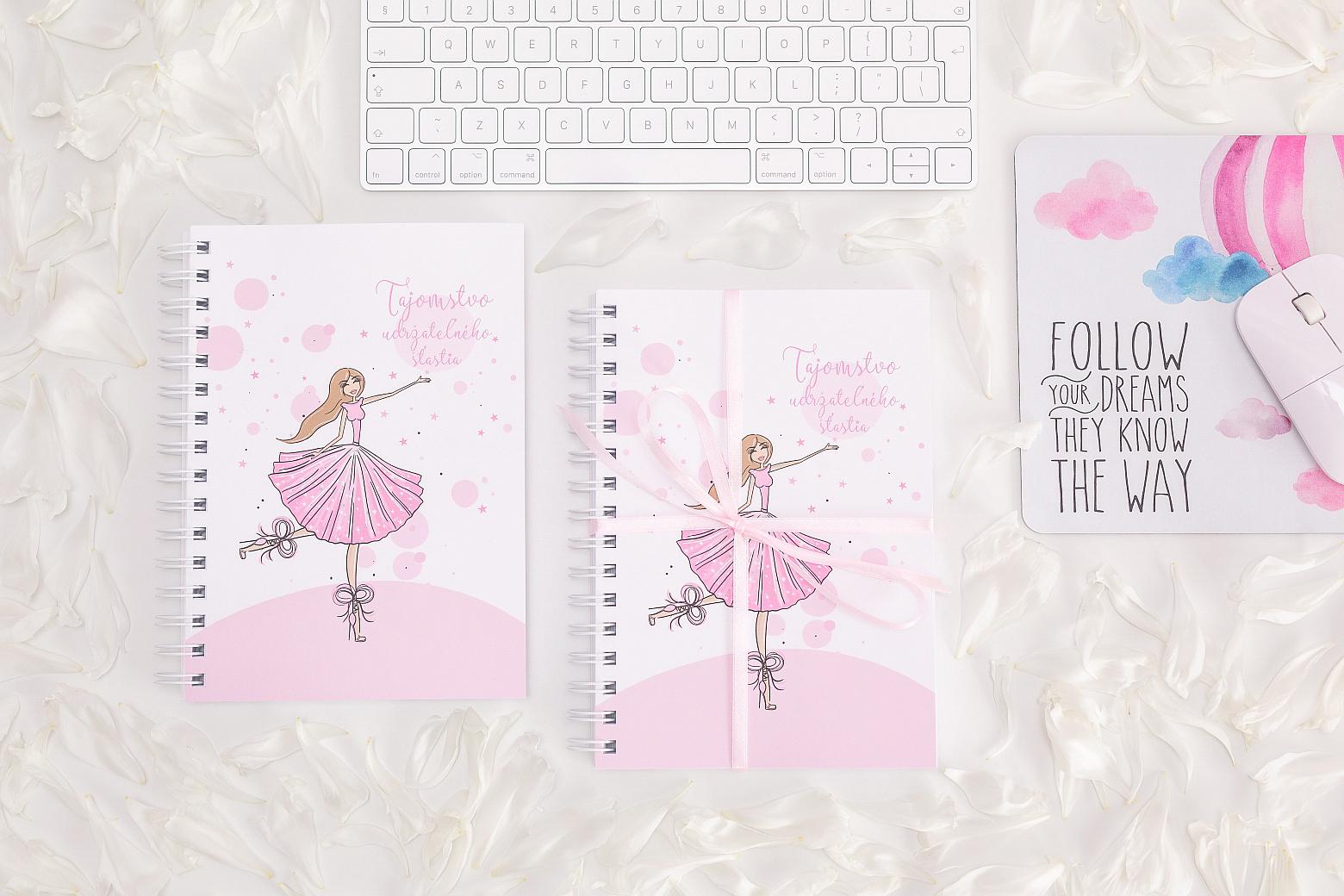 motivačný zápisník pre ženy na pracovnom stole